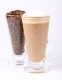 Granos del latte y de café de Caffe Imagen de archivo libre de regalías