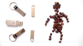 Granos del palillo y de café del USB en forma humana en un fondo blanco Tiro del carro almacen de metraje de vídeo