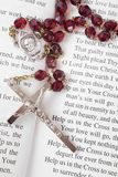 Granos del rosario en un libro de salmos Fotografía de archivo libre de regalías