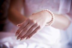 Granos en mano de la mujer Imagen de archivo libre de regalías