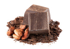Granos oscuros del chocolate y de cacao sobre blanco fotografía de archivo libre de regalías