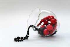 Granos rojos y negros en un tazón de fuente de cristal Fotografía de archivo