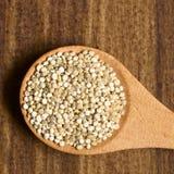 Granos sin procesar de la quinoa imagen de archivo