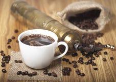 Granos, taza y amoladora de café Imágenes de archivo libres de regalías