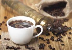 Granos, taza y amoladora de café Foto de archivo