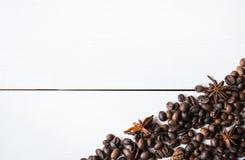 Granos y anís de café en la tabla fotografía de archivo