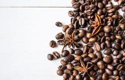 Granos y anís de café en la tabla imágenes de archivo libres de regalías