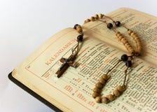 Granos y breviario del rosario Fotos de archivo libres de regalías