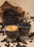 Granos y café express de café imágenes de archivo libres de regalías