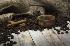 Granos y canela de café en la tabla Imágenes de archivo libres de regalías