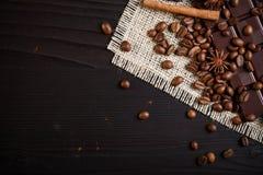 Granos y chocolate de café Imágenes de archivo libres de regalías