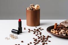 Granos y chocolate decorativos de café de los cosméticos sobre el fondo blanco Fotos de archivo libres de regalías