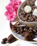 Granos y chocolates de café fotos de archivo libres de regalías