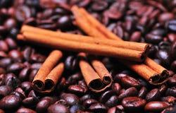 Granos y cinamomo de café Imagen de archivo libre de regalías
