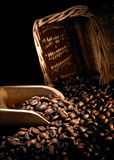 Granos y cucharada de café Fotografía de archivo