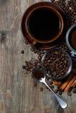 granos y especias asados de café en fondo de madera oscuro imagenes de archivo
