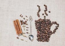Granos y especias de café en un fondo de los manteles de lino Café con cinamomo Foto de archivo libre de regalías