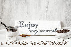 Granos y jarra de café para hacer el café Imagen de archivo libre de regalías