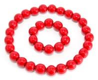 Granos y pulsera de madera rojos foto de archivo libre de regalías