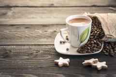Granos y taza de café Foto de archivo libre de regalías