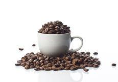 Granos y taza de café Fotos de archivo libres de regalías