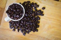 Granos y taza de café Imagen de archivo libre de regalías