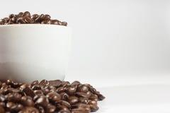 Granos y taza de café imagenes de archivo