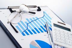 Granska affärsrapporten Härleda resultat från statistik Arkivfoton