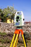 Granska den geodetiska apparaten för instrumentet, slutsummastationsuppsättning i fältet Royaltyfri Foto