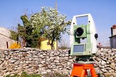 Granska den geodetiska apparaten för instrumentet, slutsummastationsuppsättning i fältet Arkivfoton