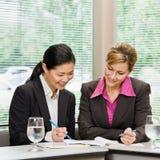 granska för affärskvinnaskrivbordsarbete Arkivfoto
