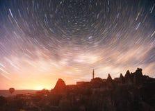 Granska unika geologiska bildande i Cappadocia, pittoresk stjärnklar himmel i den Goreme nationalparken Fotografering för Bildbyråer