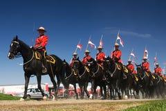Granskar den musikaliska ritten för RCMP Royaltyfri Foto