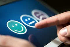 Granskning, röstning eller frågeformulär för användareerfarenhet eller forskning för kundtillfredsställelse arkivfoto