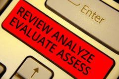 Granskningen för ordhandstiltext analyserar utvärderar bedömer Affärsidé för utvärdering av tangenten för tangentbord för kapacit arkivfoton