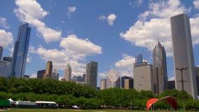 Grant Park hermoso con una visión sobre el horizonte de Chicago - CHICAGO ESTADOS UNIDOS - 11 DE JUNIO DE 2019 almacen de metraje de vídeo