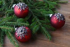 Granträd med julleksaker arkivbild