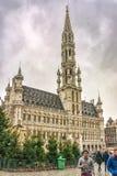 Granträd och oidentifierade turister nära den Bryssel staden Hall Stadhuis van Brussel, Bryssel, Belgien Royaltyfri Bild