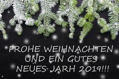 Granträd och snö på mörk bakgrund Hälsningsjulkort vykort christmastime Röd vitt och grönt arkivfoton
