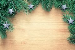 Granträdfilial på brun träbakgrund Top beskådar arkivfoton