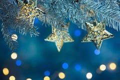 Granträdfilialen dekorerade med girlander på bakgrund med blurr Arkivbilder