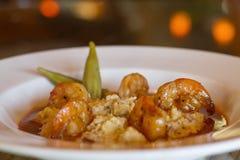 Granulations de cheddar de crevette et de lard en tomate S de langoustine Image libre de droits
