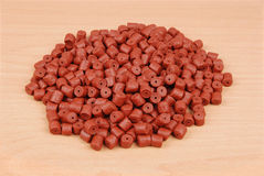 Granules de flétan perforés par rouge Photos stock