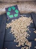 Granules en bois et symbole de réutilisation Photo stock