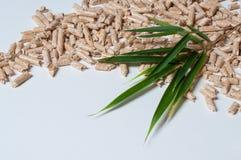 Granules en bois pour des feuilles de chauffage et de vert Photo libre de droits