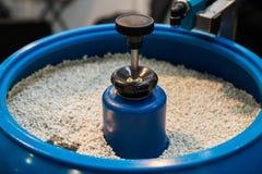 Granules en plastique dans une machine industial bleue image stock