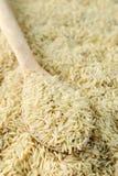 Granuli crudi del riso sbramato immagini stock