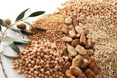 Granuli e rami di ulivo su priorità bassa bianca Immagini Stock