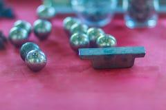 Granuliertes reines Zinn nachdem dem Schmelzen im Zinnbergbauprozeß lizenzfreie stockfotografie