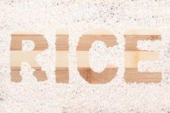 Granulo del riso Riso di parola scritto sul tagliere di legno Fotografie Stock Libere da Diritti